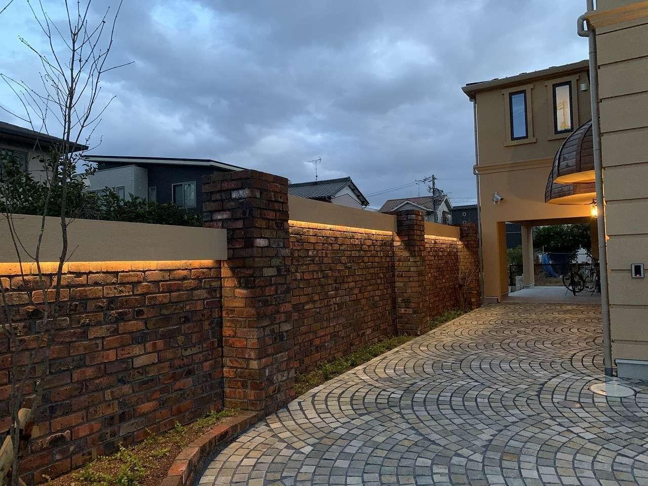 ツリーズ【デザイン住宅、輸入住宅、建築家】石畳のアプローチ、レンガの塀が高級感を演出。選ばれたお客様だけが入店できるというステイタスを感じる