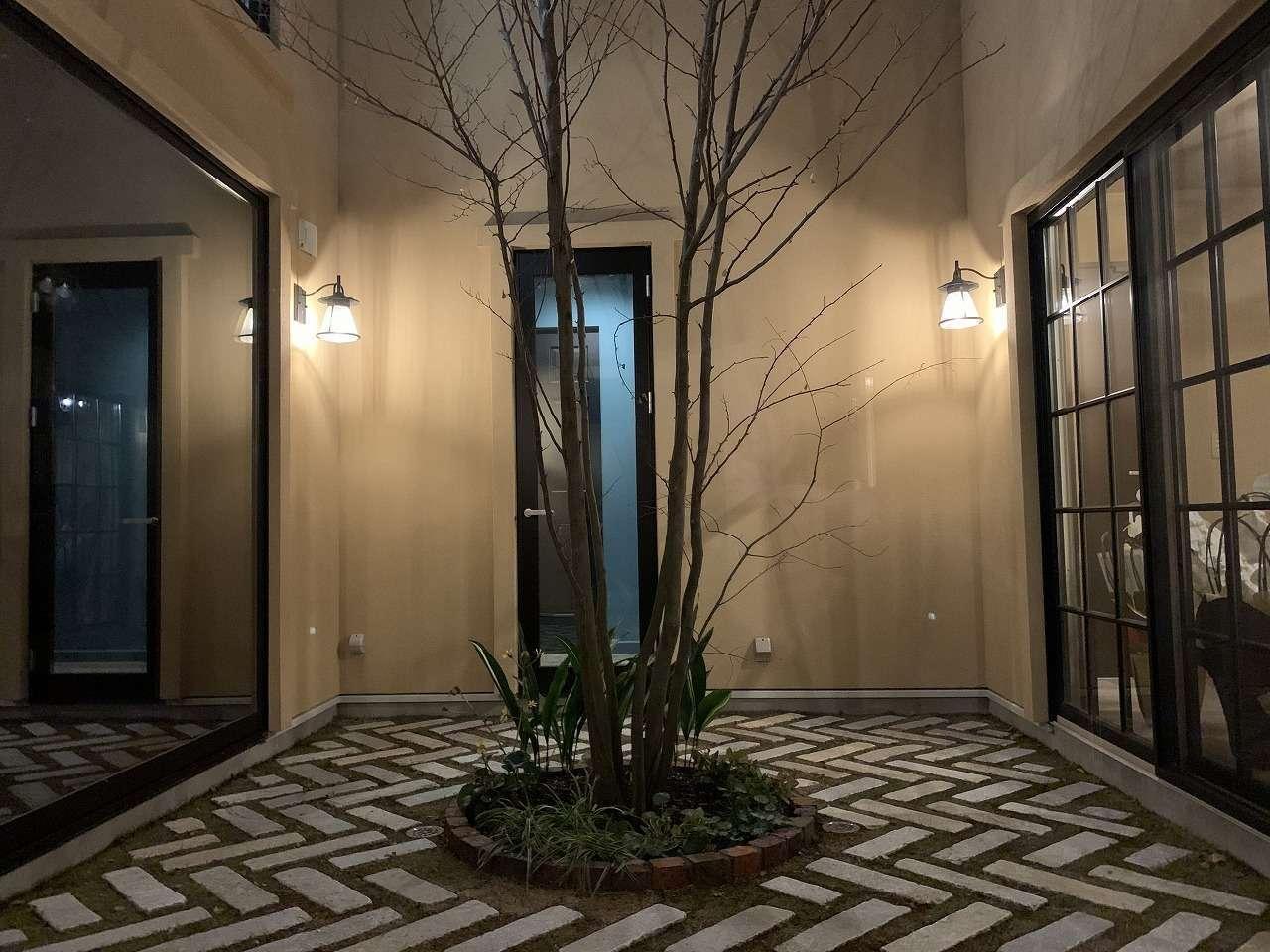 ツリーズ【デザイン住宅、輸入住宅、建築家】ライトアップも素敵な10畳の中庭。シンボルツリーはエゴノキ