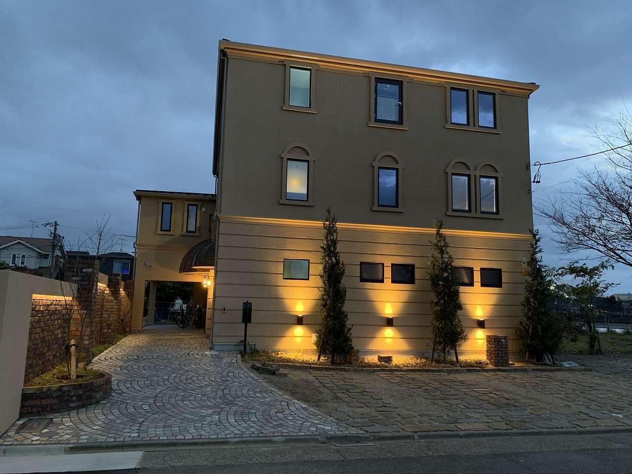 ツリーズ【デザイン住宅、輸入住宅、建築家】トワイライトに美しく浮かび上がるジュエリークラフトショップ。1階がショールーム、2階が工房、3階が長女の自宅。地震に強い2×4工法を採用