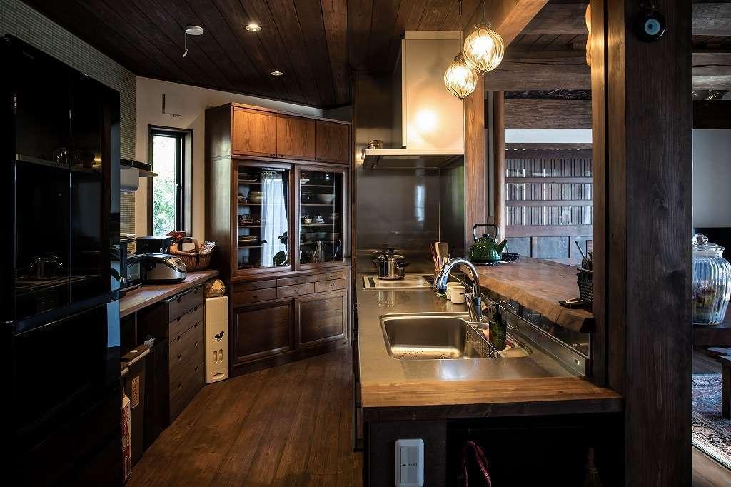 ツリーズ【自然素材、間取り、インテリア】家事効率を高めるアイランドキッチン。木製カウンターにステンレスのシンクを組み合わせて。レトロチックな照明もすてき