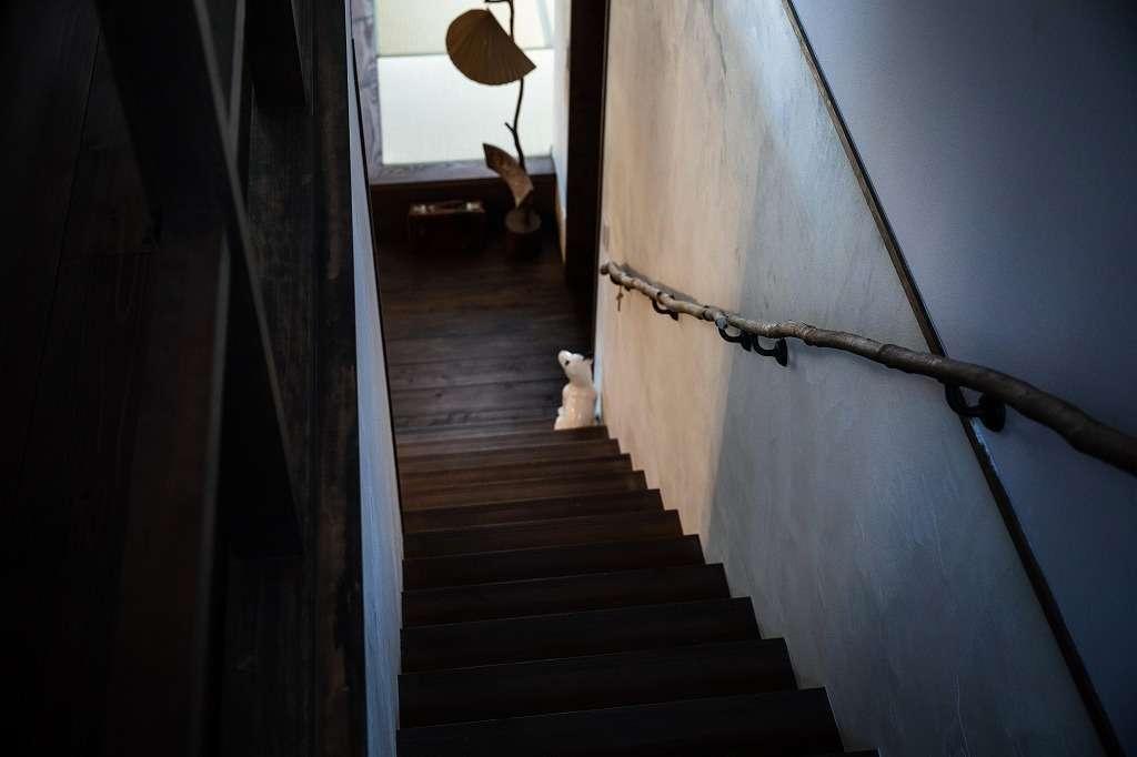 ツリーズ【自然素材、間取り、インテリア】階段の手すりは、ご主人が裏の山から拾ってきた木の枝で製作