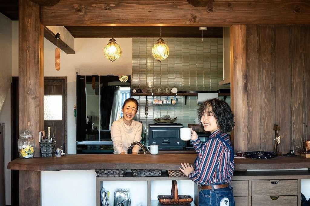 ツリーズ【自然素材、間取り、インテリア】クラシカルなカフェを思わせるキッチンカウンター。女性の来客からも大好評