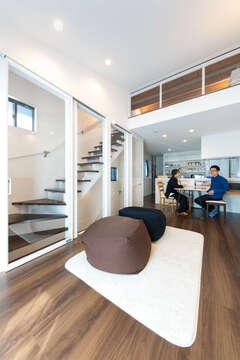 家中に明るさを届けるロフトと階段室のある家