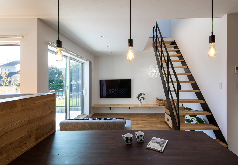 S.CONNECT(エスコネクト)【デザイン住宅、建築家、省エネ】L字型に囲んだ庭からたっぷりの光を招き入れる。キッチンからは家族がどこにいても様子がわかるので、奥さんも安心して家事ができる