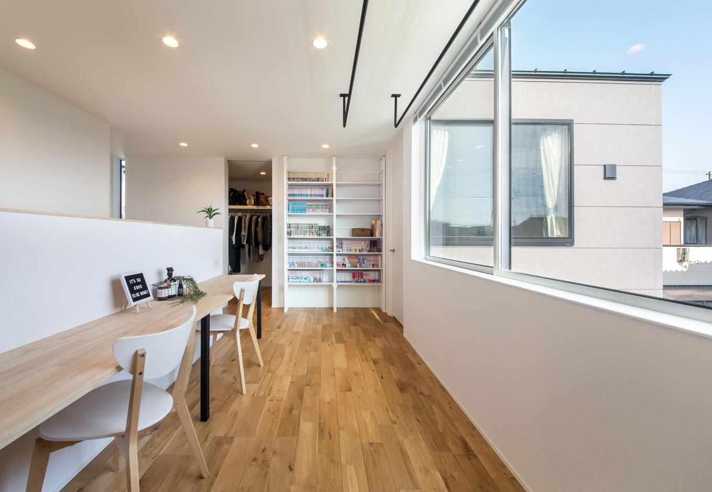 S.CONNECT(エスコネクト)【デザイン住宅、建築家、省エネ】目線が遠くへ抜けて気持ちいい2階のフリースペース。天井に部屋干し用のポールも設置