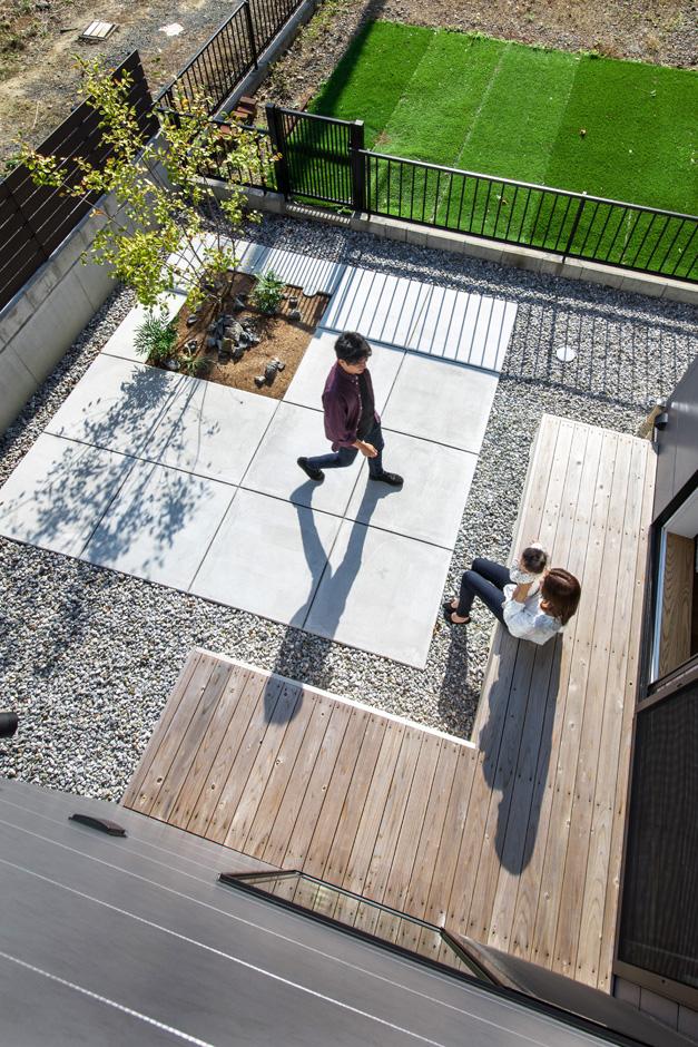 S.CONNECT(エスコネクト)【デザイン住宅、建築家、省エネ】庭のある暮らしが子育て夫婦の心にゆとりをもたらす。L字型のウッドデッキはBBQなど、多用途に使えて便利