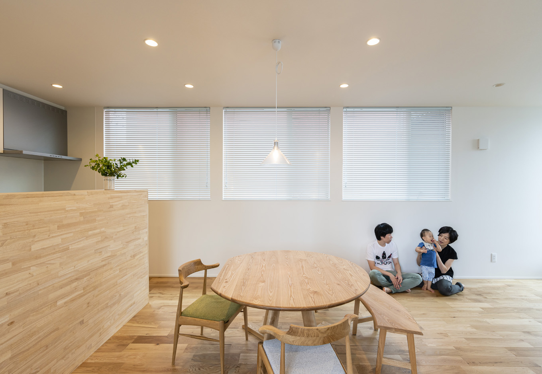 S.CONNECT(エスコネクト)【子育て、建築家、デザイン住宅】木のぬくもりが感じられるプレーンなリビング。家族で囲む円卓は、天板も椅子も低めのものを選び落ち着ける雰囲気に。ソファは置かず、子どもが自由に動き回れる広さを優先