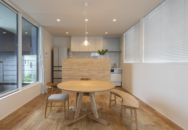 S.CONNECT(エスコネクト)【子育て、建築家、デザイン住宅】リビングをできるだけ広くとるため、キッチンは壁付けタイプを選択。その代わり、キッチン内が見えない間仕切り収納を造作。交通量の多い通りに面したキッチンには騒音対策で窓を付けなかった