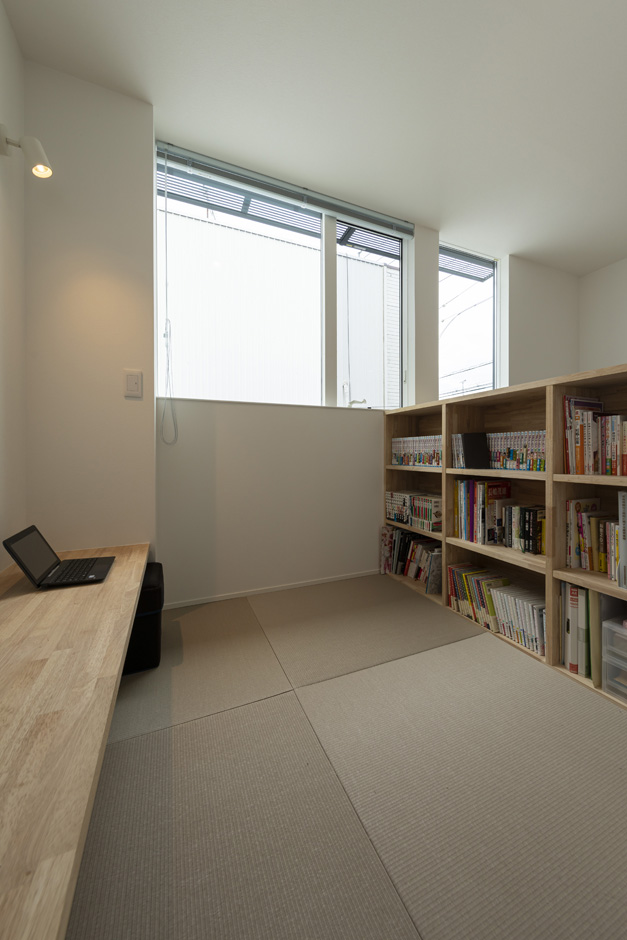 S.CONNECT(エスコネクト)【子育て、建築家、デザイン住宅】リビングの一角にある畳の書斎コーナーはちょっとこもれる感じが心地よく、書斎の上の空間で階段室ともつながっているので開放感もある