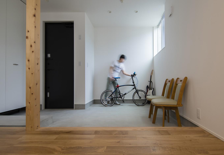 S.CONNECT(エスコネクト)【子育て、建築家、デザイン住宅】広い土間玄関には、自転車を置いたり接客したりと多目的に使用。子ども室との間仕切りを設けず、オープンに