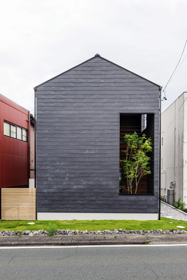 S.CONNECT(エスコネクト)【子育て、建築家、デザイン住宅】切妻のシルエットに、坪庭に植えられた緑が潤いを添える外観