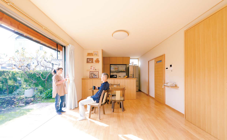 開放感バツグンの大きな窓も 深い軒や庇、配置の工夫で快適空間に