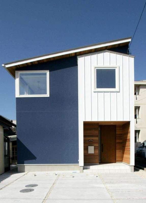 RIKYU (リキュー)【デザイン住宅、間取り、インテリア】三角屋根の上に片流れの屋根を載せたような独創的な外観デザイン。インスタ映えしそうな青と白のコントラストもかわいい。太い窓枠にも夫婦のこだわりを感じる