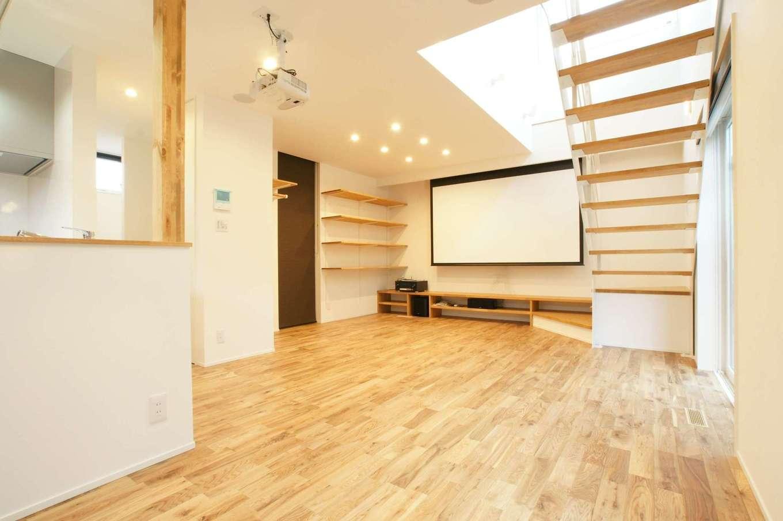 RIKYU (リキュー)【デザイン住宅、間取り、インテリア】外からは想像もつかない23.7畳の大空間リビング。夫婦共通の趣味である映画を大画面、大音量で楽しむために100インチのホームシアター設備を導入した