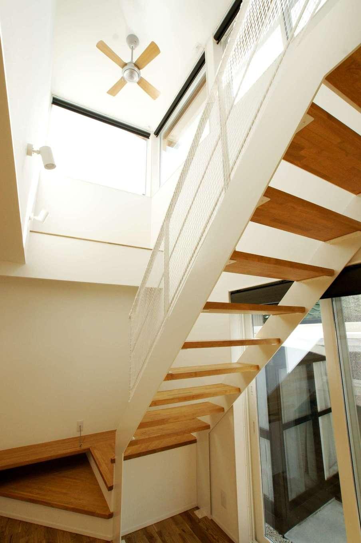 RIKYU (リキュー)【デザイン住宅、間取り、インテリア】吹抜けのシーリングファンは夫婦のお気に入り。階段をスケルトンにしたことで圧迫感がなく、光も通す