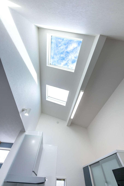 建築システム(狭小住宅専門店)【収納力、狭小住宅、間取り】リビングの窓からの日差しが届きにくいキッチンにはトップライトを設置。日中の外の光が存分に降り注ぐ
