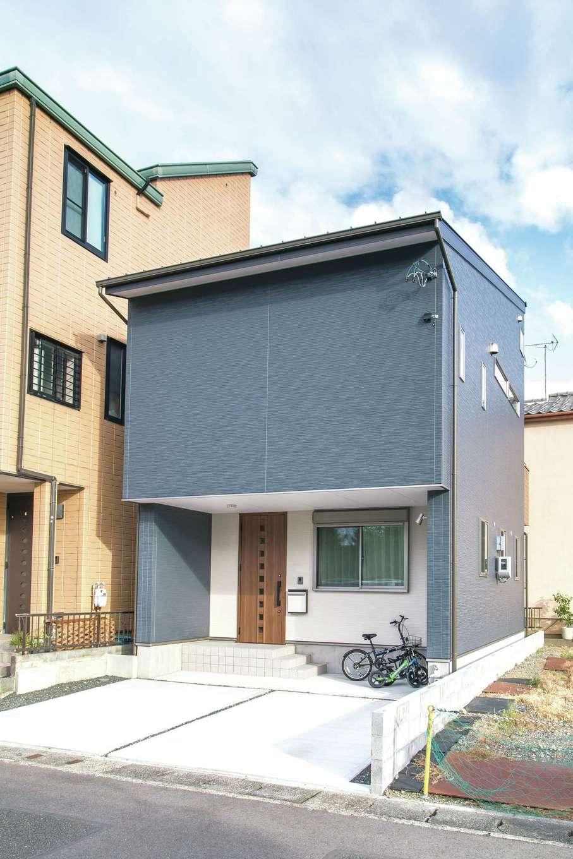建築システム(狭小住宅専門店)【収納力、狭小住宅、間取り】インテリアのカラーと統一した色使いの外観。駐車場は2台分確保。玄関の軒部分を広く取り、雨の日の出入りも快適に