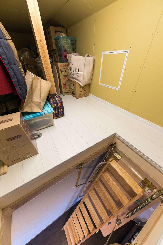 建築システム(狭小住宅専門店)【自然素材、間取り、インテリア】寝室上部には7畳の小屋裏収納も。季節外のものをたっぷり収納できる。普段ははしごを収納してすっきり