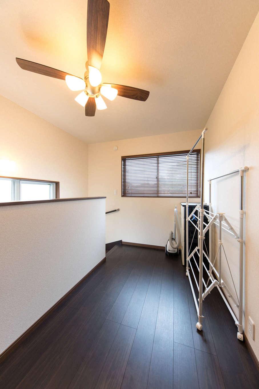 大きなウッドデッキは木製フェンスで囲み、プライバシーに配慮。デッキには玄関土間からも出入りできるので、大人数でのパーティもリビングからの延長空間になり便利