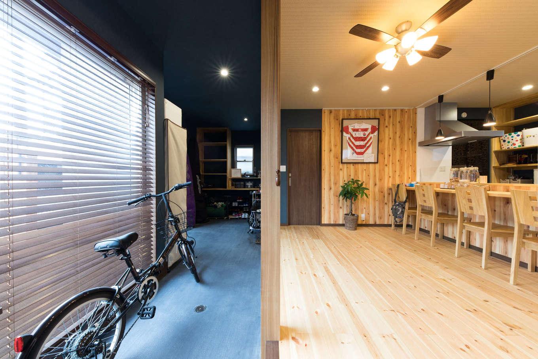 建築システム(狭小住宅専門店)【自然素材、間取り、インテリア】7.3畳の土間は収納力も抜群。玄関側の一角には造作で棚を取り付け、シューズクローク兼アウトドアグッズの収納スペースに。必要な時に取り出しやすいオープン収納