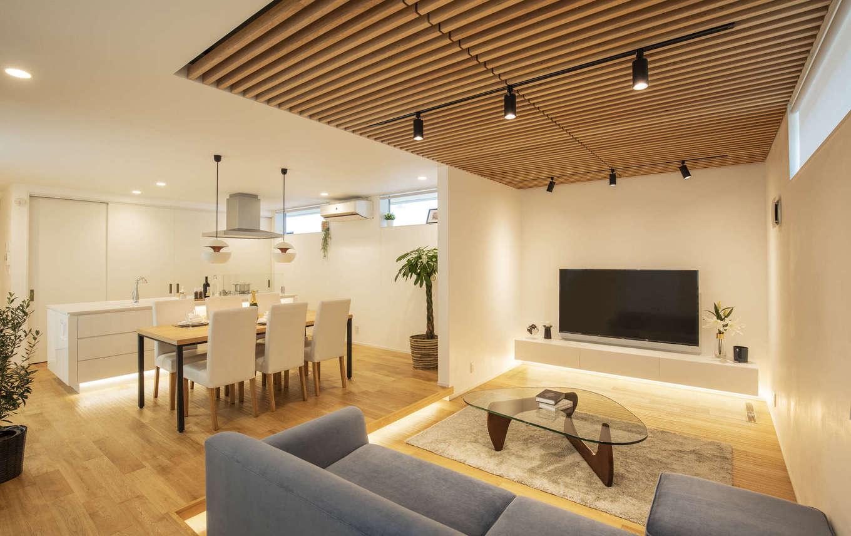 納得住宅工房【藤枝市前島3丁目12-43・モデルハウス】木と自然素材をふんだんにつかったナチュラルテイストのLDK。リビングのフロアを一段下げて、空間にアクセントをつけた。ソファ、AVボード、ダイニングテーブルセットはすべて同社の標準仕様