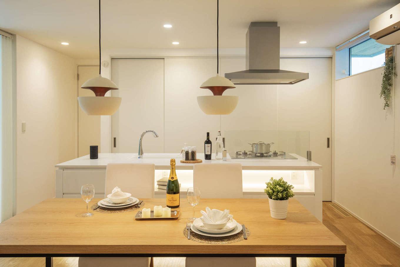 納得住宅工房【藤枝市前島3丁目12-43・モデルハウス】キッチンの背面を引き戸でサッと隠せるので、生活感を出すことなくおしゃれに暮らすことができる。北欧デザインのペンダントライトが食卓に華やぎを与える