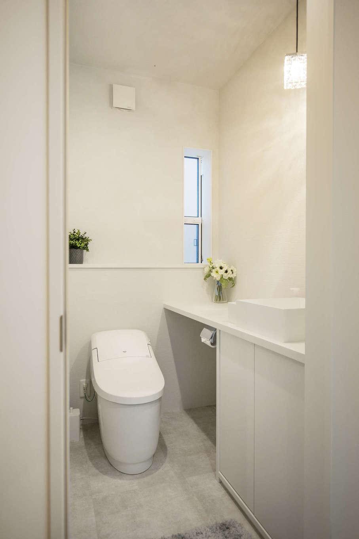 納得住宅工房【藤枝市前島3丁目12-43・モデルハウス】シンプルなデザインですっきりと仕上げたトイレ。天井と壁は標準仕様の薩摩中霧島壁を採用。抜群の消臭性を持ち、芳香剤も不要