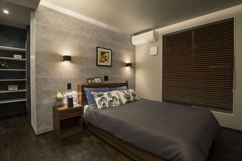 納得住宅工房【藤枝市前島3丁目12-43・モデルハウス】淡いグレーの薩摩中霧島壁を採用した主寝室。空気がきれいで湿気も抑えてくれるので熟睡できる。大容量のウォークインクローゼットも完備