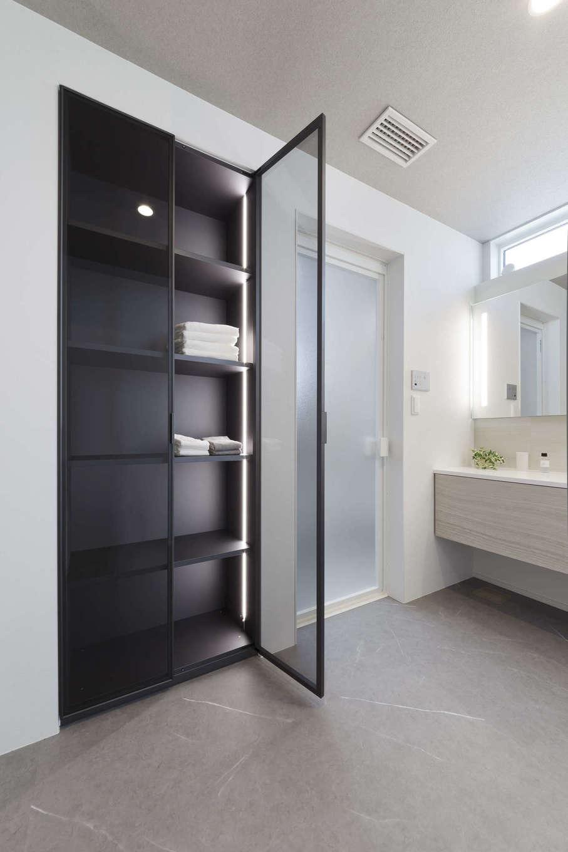 納得住宅工房【静岡市葵区上足洗3-13-49・モデルハウス】壁面にビルトインして、スペースを有効利用したサニタリー収納。ドアを開けるとセンサーで光が点灯するのもおしゃれ。扉が透明なので、整理整頓しやすい
