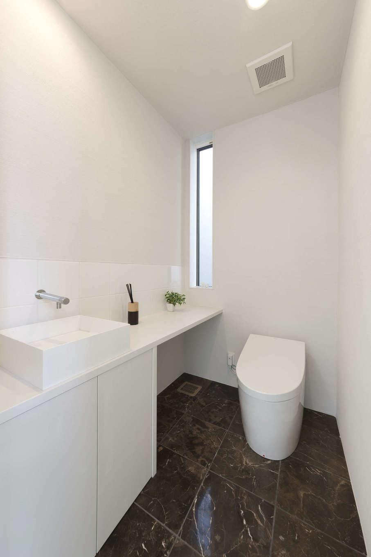 納得住宅工房【静岡市葵区上足洗3-13-49・モデルハウス】ホテルライクなレストルーム。天井と壁に薩摩中霧島壁(しらす壁)を採用。驚くほどの消臭・調湿効果を発揮してくれるのでリラックスできる