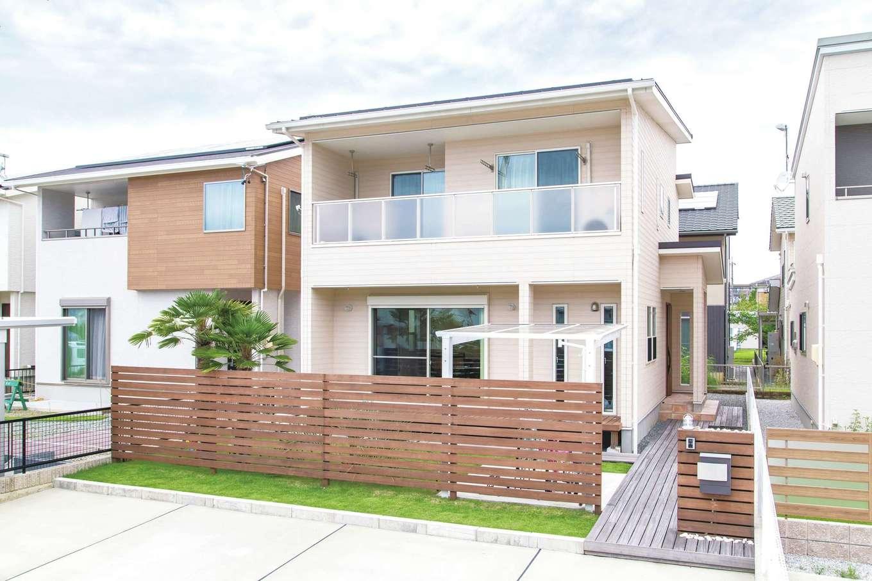 東海ハウス【デザイン住宅、1000万円台、間取り】南側を全面使えるよう玄関をサイドに配置。屋根には10.8kWの太陽光発電を搭載