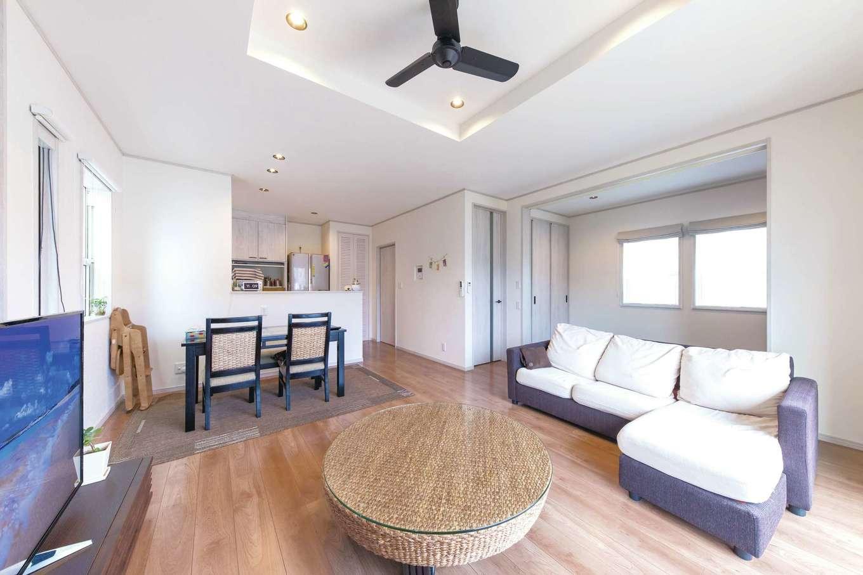 東海ハウス【デザイン住宅、1000万円台、間取り】ひと続きの和室と折り上げ天井が開放感を演出する。玄関からLDKへの動線が2つ用意され、利便性を高めている