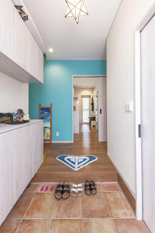 東海ハウス【デザイン住宅、1000万円台、間取り】玄関をはいると鮮やかなブルー。日々に明るさを届けてくれる