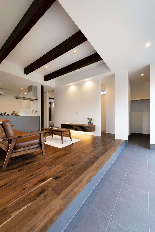 玄関を入ると目の前に広がる3帖の広さの土間スペース。リビングから、窓を開けて庭へ続く、家の中と外を繋ぐ空間に