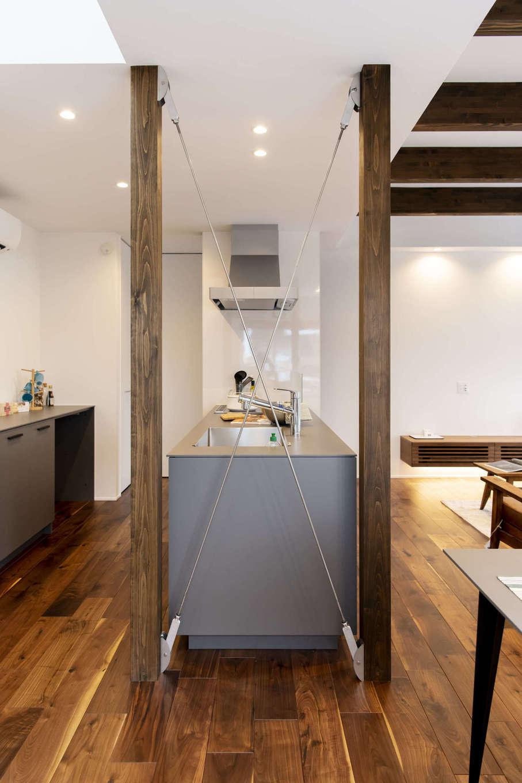 キッチン横の袖壁。ステンブレースを使用したシースルー耐震壁は、頑丈な構造とすっきりシャープな印象、どちらも叶えるデザイン
