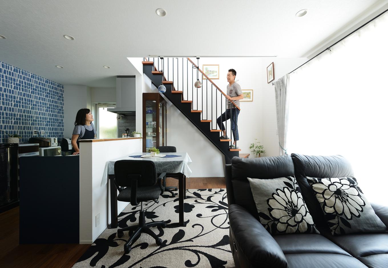 ハウスコネクト【輸入住宅】「コンパクトに建てて広く暮らすための、考え抜かれた提案に納得しました」とKさん夫婦。吹き抜けのリビング階段が空間を縦に広げ、2階の窓から注ぐ光がLDKを満たすことで、畳数以上の広さを演出する