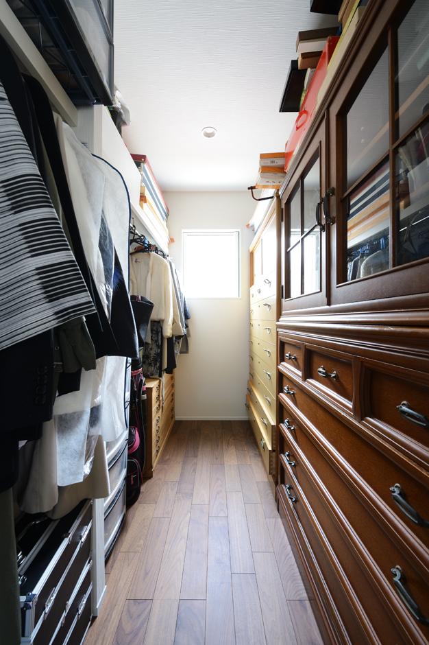 ハウスコネクト【輸入住宅】着付け用の部屋には専用のクローゼットが備わる。着物や帯、下着類など、和装に必要なアイテムがずらりと並ぶ