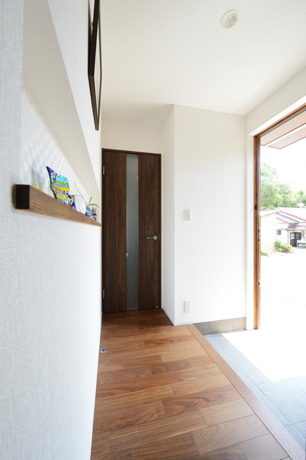 ハウスコネクト【輸入住宅】リビングと寝室の間にある玄関ホールは、自然光を取り込む明るいスペース。正面にあるニッチにお気に入りの小物を並べて