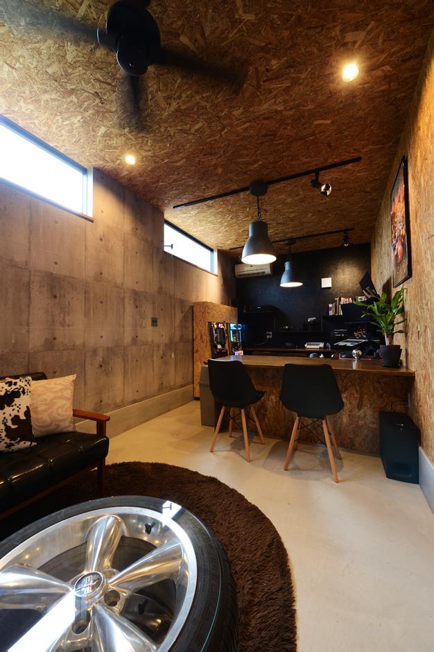 自営業を営むご主人の事務所は、OSB合板張りの壁が男前な空間。友人たちが遊びに来たときは、この場所で家族に気兼ねなくゆっくりできる