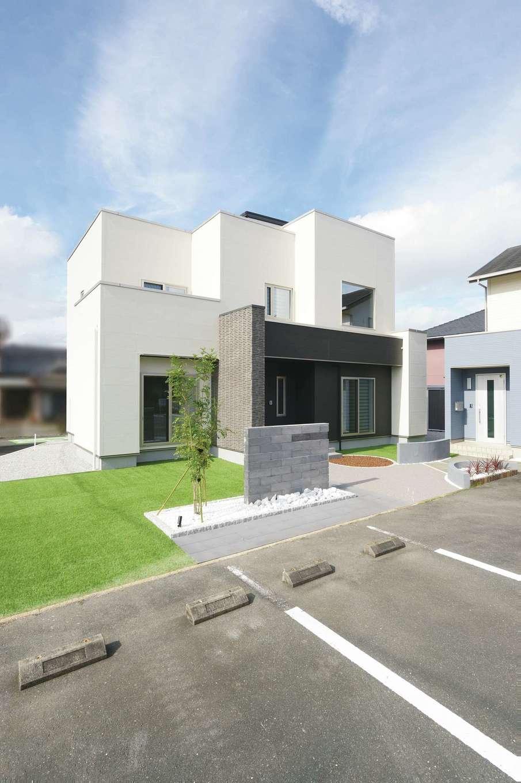 朝日住宅【浜松市東区笠井町982-1・モデルハウス】浜松笠井展示場に2棟ならぶモデルハウスのうち、一方が2020年6月にリニューアルオープンした。建てる土地の環境、光や風の通り道を徹底的に配慮しながら、オリジナリティのあるフォルムをデザイン。シンプルながら、窓の配置や素材、色の使い分けにセンスが光る。混雑を避けるため、予約制での見学を受け付けている