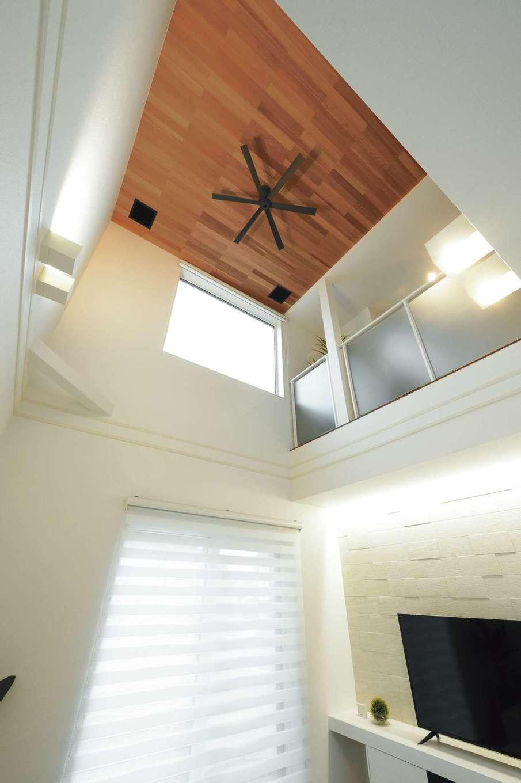 朝日住宅【浜松市東区笠井町982-1・モデルハウス】高い気密断熱性を誇る『朝日住宅』だからこそ、吹き抜けの大空間を心地よく過ごせる。光熱費もリーズナブルだ