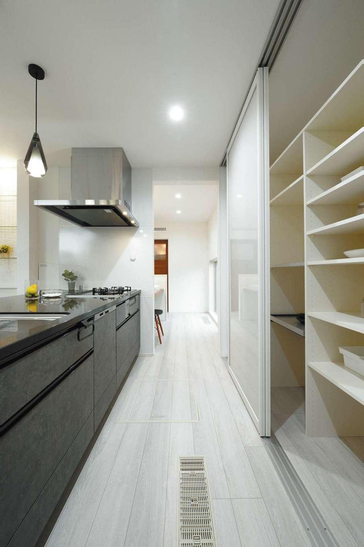 朝日住宅【浜松市東区笠井町982-1・モデルハウス】キッチン背面には、扉付きの大容量収納を造作。家具を買うよりもお得!