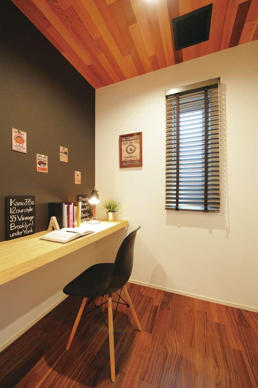 朝日住宅【浜松市東区笠井町982-1・モデルハウス】2階にある書斎はテレワークなど、これからの仕事スタイルに欠かせない提案。壁は便利なマグネットタイプ