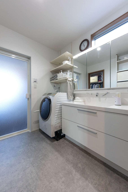 建築システム(狭小住宅専門店)【狭小住宅、間取り、屋上バルコニー】ゆったりとした広さの洗面脱衣所。上部にスリット窓で明かりを取り入れる。洗面の背面には天井までの大容量収納も完備