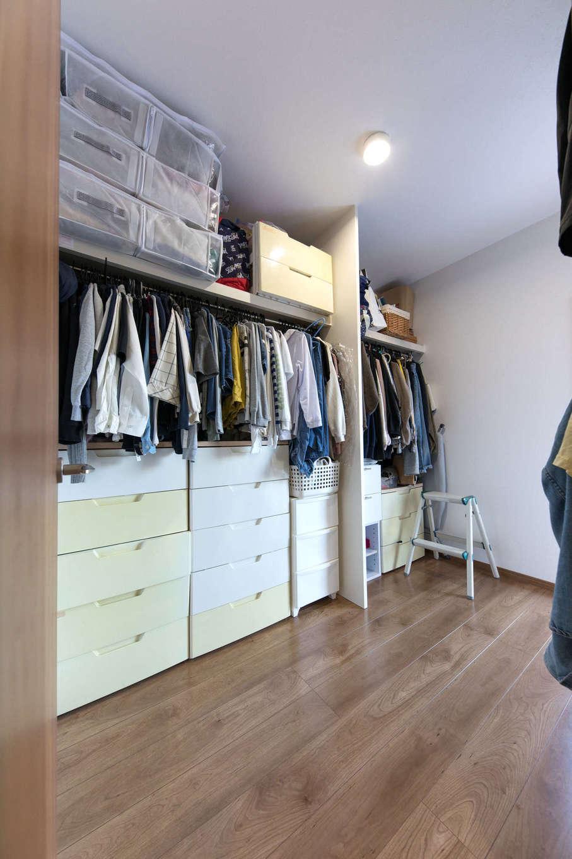 建築システム(狭小住宅専門店)【狭小住宅、間取り、屋上バルコニー】洗面脱衣所と隣接のウォークインクローゼット。洗濯物は洗濯乾燥機から取り出したら、そのまま収納でき、理想的な家事楽動線を実現