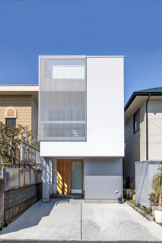 建築システム(狭小住宅専門店)【狭小住宅、間取り、屋上バルコニー】白い塗り壁とメタリックシルバーのガルバリウム鋼板がスタイリッシュな外観。バルコニー部分の格子はデザイン性と目隠しを兼ねて採用。屋上には広々としたルーフバルコニーも