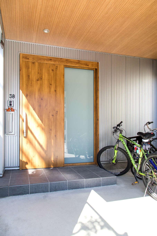 建築システム(狭小住宅専門店)【狭小住宅、間取り、屋上バルコニー】LDKに合わせたことで広くなった玄関の軒先を利用して自転車置き場も確保。外から見えにくく、雨にも濡れないので安心。キャンプ用品などを洗った後も干しておけるゆとりの空間