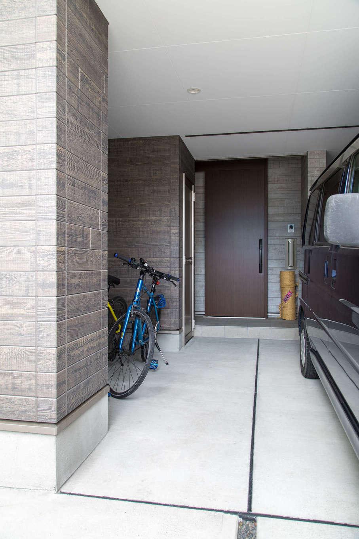 建築システム(狭小住宅専門店)【収納力、狭小住宅、ガレージ】軽自動車がピッタリ入るビルトインガレージ。玄関の位置は綿密に計算して、駐車している状態でも人や自転車の出入りの動線に配慮