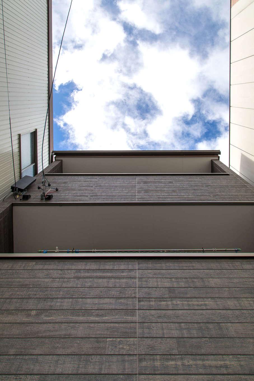 建築システム(狭小住宅専門店)【収納力、狭小住宅、ガレージ】玄関から見上げると、さらに左右の隣家が迫っていることがわかる。この土地に足場を組み木造3階建てを建てる職人の技術の高さが伺える