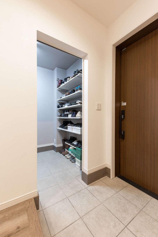 建築システム(狭小住宅専門店)【収納力、狭小住宅、ガレージ】白を基調にした玄関ホール。土間収納は、アウトドア用品をたっぷりと収納できるゆとりの3畳。反対側には、ちょっと腰掛けられるベンチを造作
